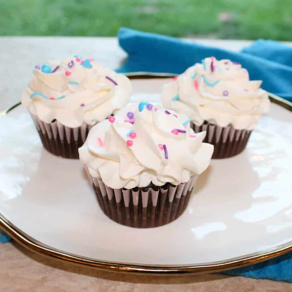 vanilla frosting on cupcakes